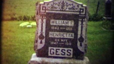 Mezarlıkta eski mezar taşı — Stok video