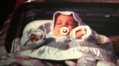 Noworodek śpi na bagażniku samochodu — Wideo stockowe
