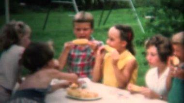 Kids eating freshly picked roasted corn — Stock Video