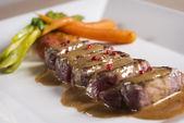 мясо с соусом и овощами — Стоковое фото