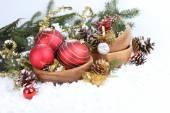 赤い安物の宝石、黄金の現在、雪とクリスマスの国境 — ストック写真