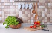 Cuisine moderne avec un éclairage confortable et des ingrédients alimentaires sur le dessus du comptoir — Photo