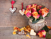 Roses on a wooden background and place for an inscription — Foto de Stock