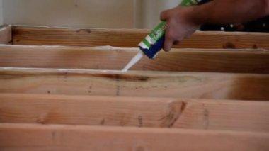 Silikon-Kleber auf den Holzboden — Stockvideo