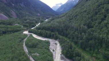 Bergfluss in Alaska — Stockvideo