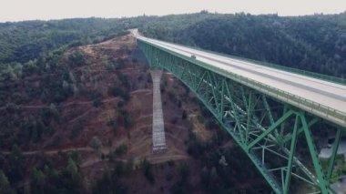 Une vue magnifique sur un pont arial — Vidéo