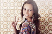 Woman giving peace sign — Stock Photo