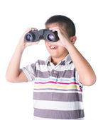 Rapaz asiático segurando binóculos, isolados em um fundo branco — Fotografia Stock