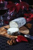 フランス ブルー チーズ、赤ブドウ、真っ赤な葉は、かびの生えたチーズ、 — ストック写真
