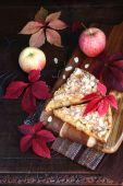 Apple pie and autumn colorful leaves — Stock Photo