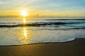 Nascer do sol e praia — Fotografia Stock