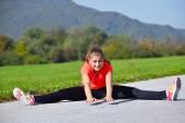Mujer joven haciendo ejercicio — Foto de Stock