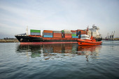 Large container ship leaving harbour — Stockfoto