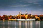 Scenic summer view of historical ship ''AF Chapman'' (built in 1888) at the Skeppsholmen island in the Old Town (Gamla Stan) in Stockholm, Sweden — Stock Photo