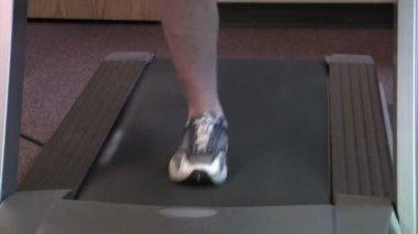 Close up of feet running on treadmill. — Stock Video