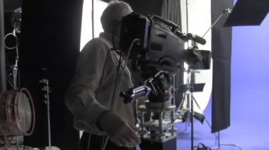 Cinematographer films a blue screen in a studio. — Vidéo
