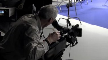 Cinematographer films a blue screen in a studio. — 图库视频影像
