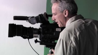 A Cinematographer checks his shots. — Stock Video