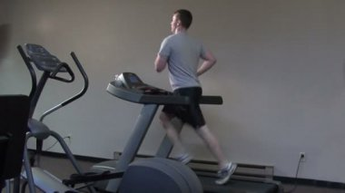 Young man running on a treadmill — Stock Video