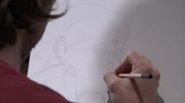 Artist drawing over the shoulder — Vídeo de stock