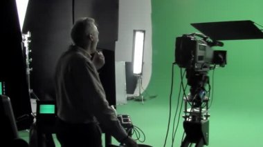 Cinematographer thinks about his shot in the studio. — Vidéo