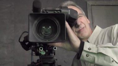 Cinematographer with camera — Stock Video