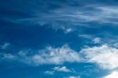 Weiße flauschige Wolken am Himmel — Stockfoto
