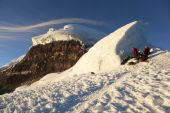 Climbers and Cotopaxi — Stock Photo