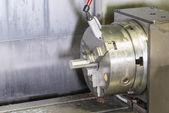 Frezowanie szczegółów na maszynie cnc metali z surowego materiału rury metalowej — Zdjęcie stockowe