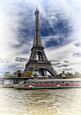 Boat trip on the Seine with a view of the Eiffel Tower. — Stock Photo