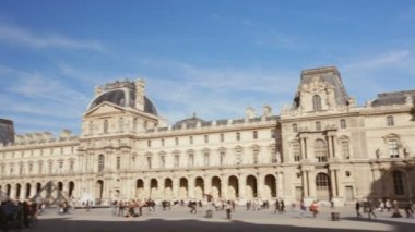 Panning Establishing shot of the louvre museum in Paris on a sunny day. — Stock Video
