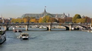 Two establishing shots of the grand palais and the Seine in Paris with touristic boats. — Stock Video
