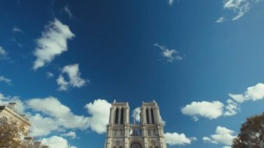Footage from Notre Dame in Paris. Two establishing shots on a sunny day — Stockvideo