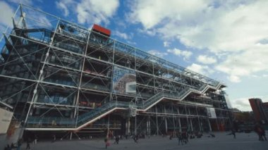 Pompidou center in Paris, Two different establishing shots with panning and tilting down. — Stock Video