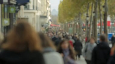 Crowded street Champs-Elysée in Paris. Tourists. — Stock Video