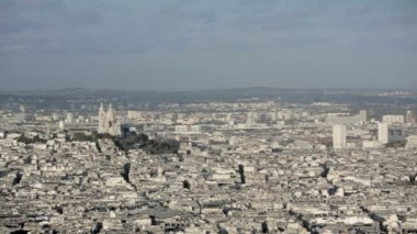 Aerial introduction shot of the Sacre coeur. — Stock Video
