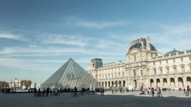 Timelapse of the Louvre museum and pyramide — Stock Video