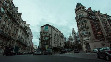 Timelapse of Typical Parisian streets in Montmartre with Sacre Cœur in the background. — Stok video