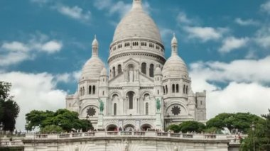 Timelapse on the Sacre Cœur church in Paris. Zooming outwards — Vidéo