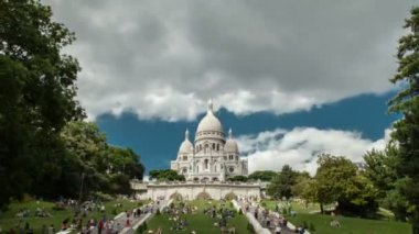 Wide shot Timelapse of The beautiful and proud Sacre Cœur church in Paris. — Stock Video