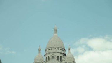 Establishing shots of Sacre Cœur in Paris, France. — Stock Video