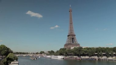 Eiffel tower by the Seine with a boat — Stock Video