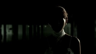 Silhouette of mysterious beautiful woman with camera flashes. — Vídeo stock