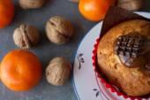 Chocolate and vanilla Lemon muffins with tangerines and walnuts — Stock Photo