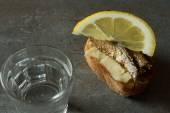 Сэндвич с килькой, национальной едой в России для праздников — Стоковое фото