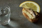 Sandwich con gli spratti, cibo nazionale in Russia per le vacanze — Foto Stock