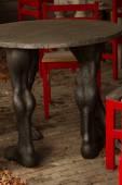 Chaises design rouges et une table sous la forme du pied humain — Photo