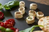 Craquelins avec du fromage de chèvre, tomates séchées et basilic — Photo