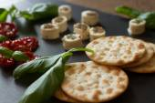 Crackers with goat cheese, sun-dried tomatoes and basil — Zdjęcie stockowe