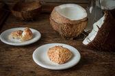 壊れたココナッツ。インド料理のおいしいフルーツ — ストック写真